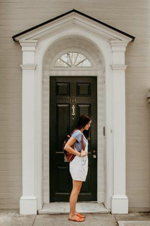 Frau wartet vor der Tür auf die Besichtigung